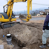 冬空の中の水道管敷設工事の画像