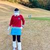 ブルーがポイントのゴルフウェアコーディネートの画像