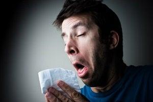 花粉症でくしゃみが止まらない人の画像