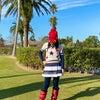 赤いニット帽子が効いてるご機嫌ゴルフウェアコーディネートの画像