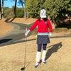真っ赤なセーターが可愛いゴルフウェアコーディネートの画像