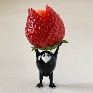 真っ赤な苺をカービングしましたの画像