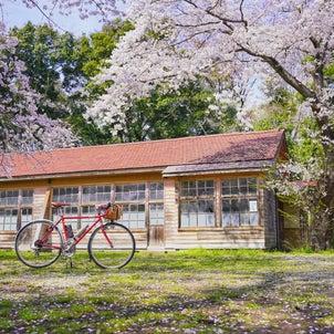 桜のあるノスタルジックな風景写真の画像