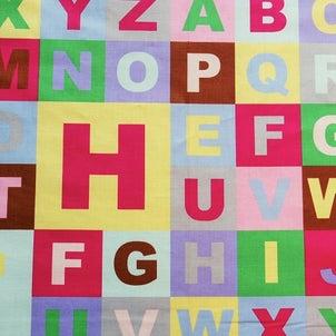 アルファベット柄の布地 柄屋クリーマ店の画像