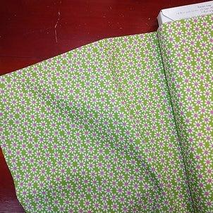 黄緑色地デイジー柄の布地 柄屋クリーマ店の画像