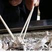 まだ箸が使えない娘が…一生懸命パパのお骨を……。