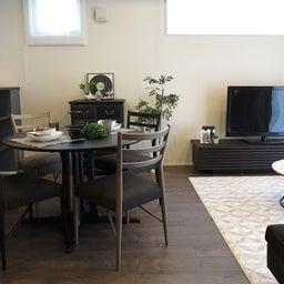 画像 グレー色の内装にブラック色の家具を提案したコーデ!グレー色のチェアもかっこいい! の記事より 1つ目