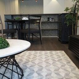 画像 グレー色の内装にブラック色の家具を提案したコーデ!グレー色のチェアもかっこいい! の記事より 11つ目