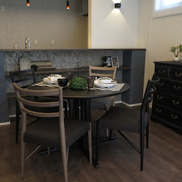 画像 グレー色の内装にブラック色の家具を提案したコーデ!グレー色のチェアもかっこいい! の記事より 7つ目