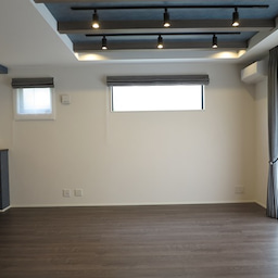 画像 グレー色の内装にブラック色の家具を提案したコーデ!グレー色のチェアもかっこいい! の記事より 15つ目