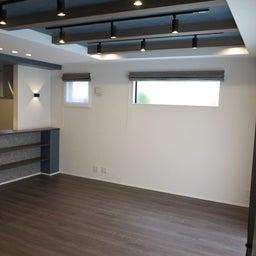 画像 グレー色の内装にブラック色の家具を提案したコーデ!グレー色のチェアもかっこいい! の記事より 2つ目