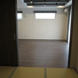 画像 グレー色の内装にブラック色の家具を提案したコーデ!グレー色のチェアもかっこいい! の記事より 4つ目