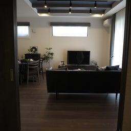 画像 グレー色の内装にブラック色の家具を提案したコーデ!グレー色のチェアもかっこいい! の記事より 5つ目