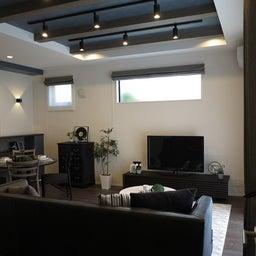 画像 グレー色の内装にブラック色の家具を提案したコーデ!グレー色のチェアもかっこいい! の記事より 3つ目