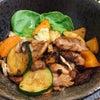 夏野菜のオイマヨ丼を作る男子大学生の画像