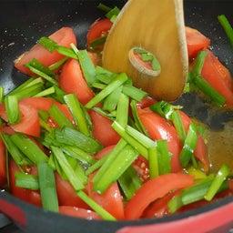 画像 だしがきいて絶品!トマトとニラのふわとろ卵とじ炒め の記事より 10つ目