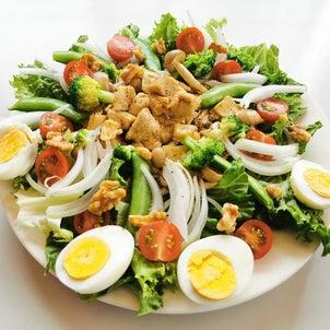 鶏肉とキノコのボリュームたっぷりサラダの画像