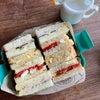 サンドイッチ弁当とホルモン揚げの画像