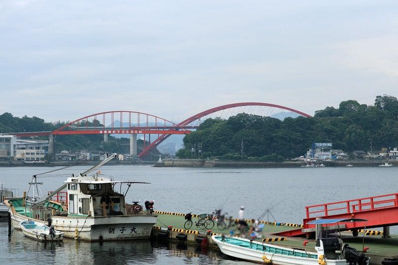 倉橋の藤三近くから、釣り船の係留所と音戸大橋、第二音戸大橋を撮影。