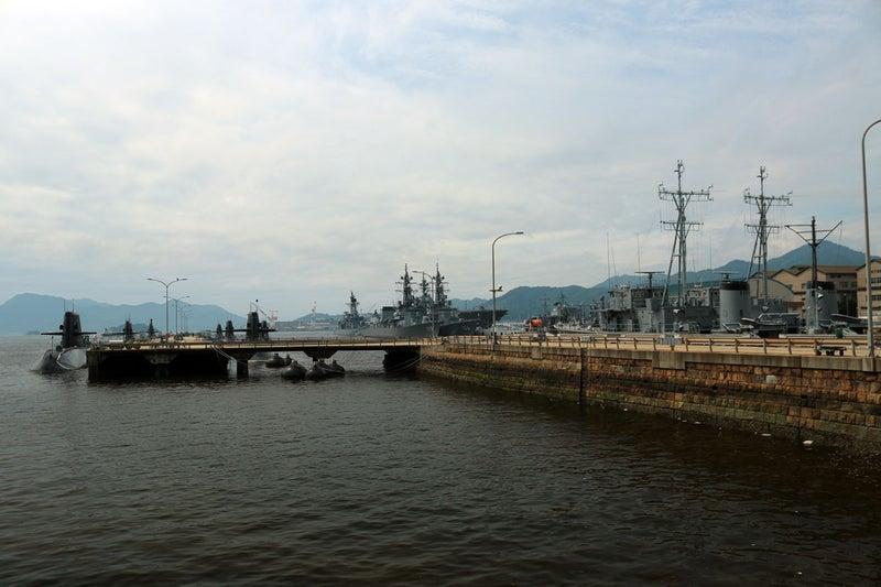アレイからすこじまと呼ばれる呉の自衛隊の潜水艦と巡洋艦などが停泊している場所