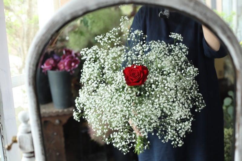 バラ1本とカスミソウの花束