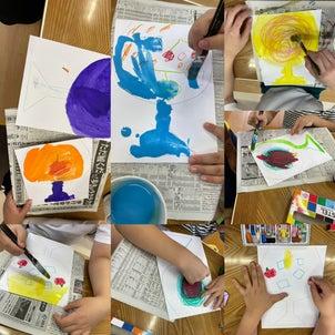 クレヨンと絵の具でお絵描きの画像