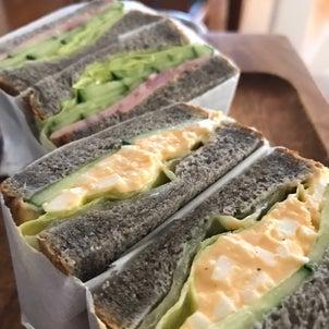 黒ゴマ食パンでサンドイッチの画像