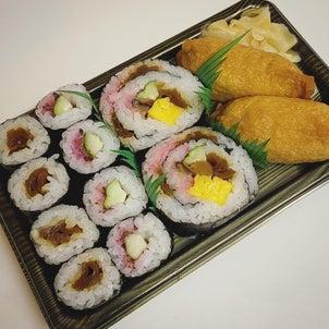 今宵のごはんは半額の助六寿司を〆にの画像