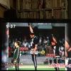 拳を突き上げる選手たちへのリスペクトの画像