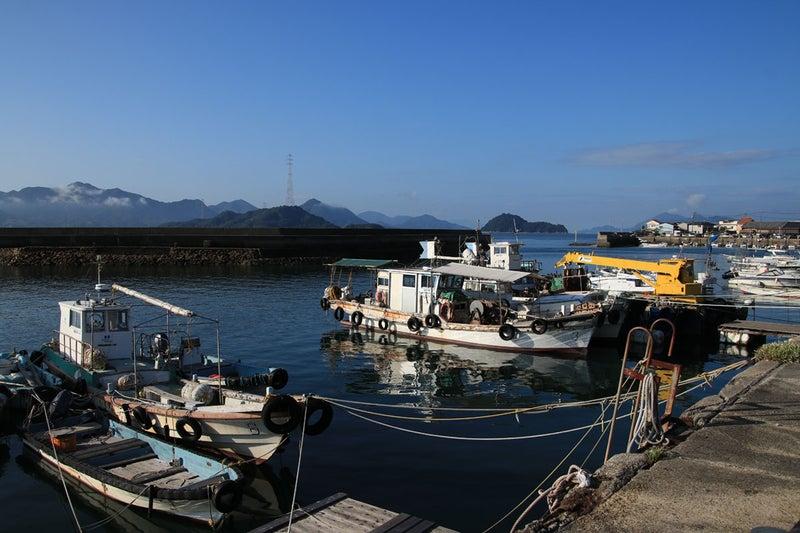 忠海港にうかぶ釣り船