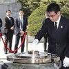 靖国参拝する高市早苗、ソウル国立顕忠院を参拝する河野太郎。の画像