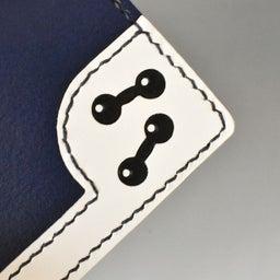 ダンベルをあしらったマナーポケット付きの名刺ケース