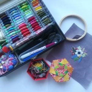 刺繍糸と六角箱の画像
