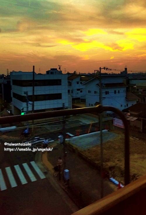 電車の窓から外を見たら美しい夕焼け。今日も1日いい日でした。しばらく旅行に行ってません...