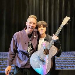 画像 クリスさんのジンさんへのギタープレゼント の記事より 1つ目