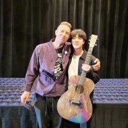 画像 クリスさんのジンさんへのギタープレゼント の記事より 2つ目