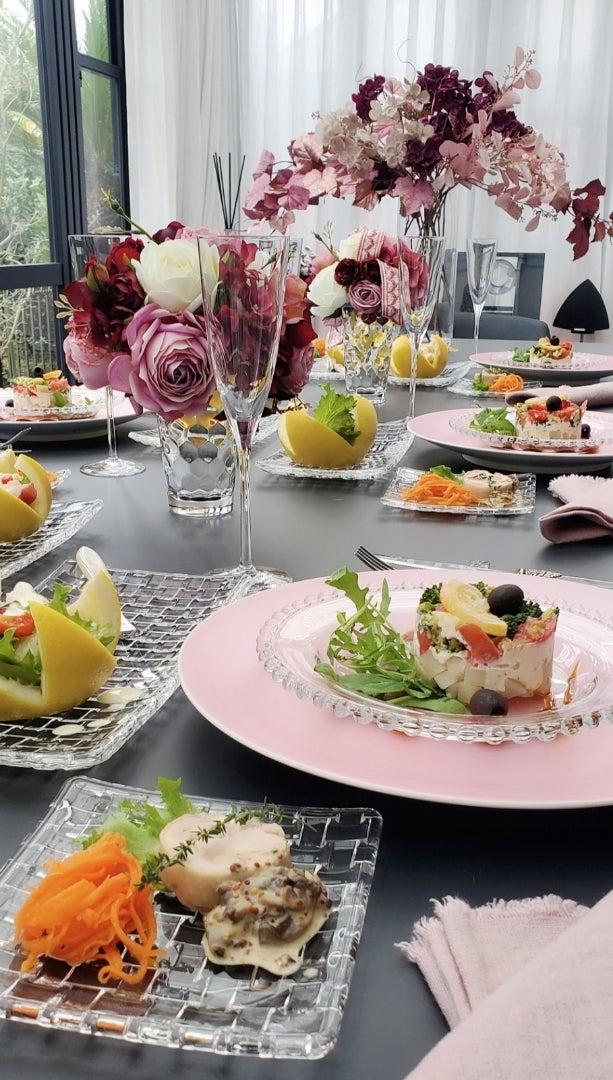 エミココキッチン10月☆テーブルコーデ☆モーヴなグラデーションアレンジを背景に。。