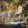 滝の水しぶきで虹です