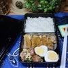 高校生男子、モニターを使ったおかずでお弁当の画像