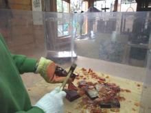 室賀 正彦のブログ-ハンマーでガラスを割る
