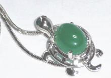 緑色の石のネックレス 小