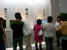 製品展示を前に説明を受ける参加者