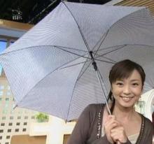 傘の手放せない松岡洋子