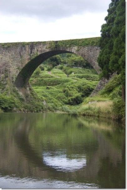水面に映る通潤橋