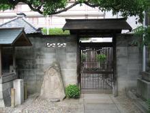 施無畏(右手)、与願印(左手)の石仏