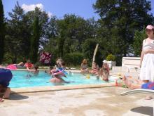 プールではしゃぐ大人たち