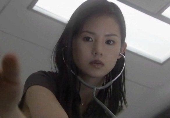 聴診器をしている小西真奈美