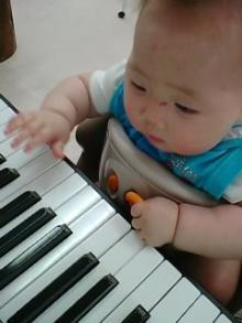 ピアノ弾くのでちゅ。