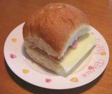 チーズとウインナーソーセージのサンドイッチ