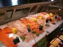 スーパーのサーモン売り場